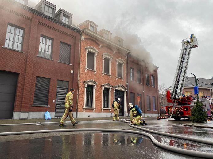 De brandweer moest maandagnamiddag uitrukken voor een brand in een woning op de hoek van de August van Landeghemstraat met de Tonstraat.