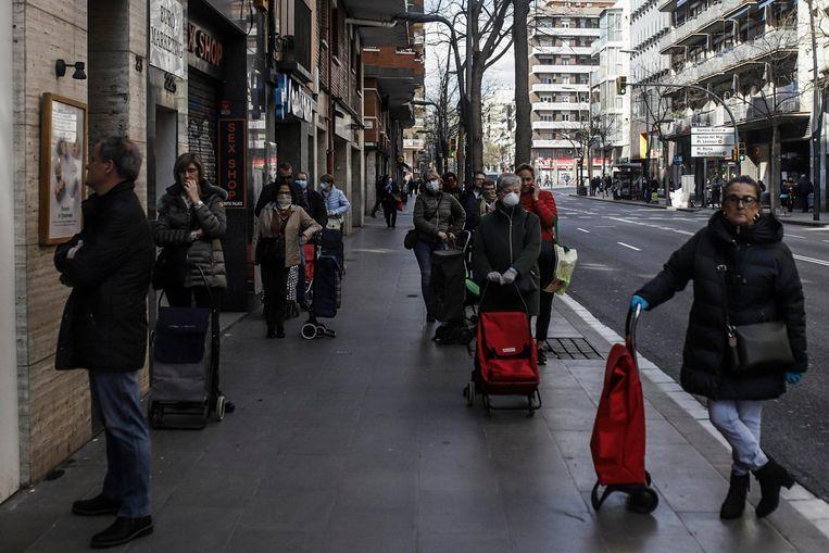 Het is aanschuiven aan de supermarkt in Barcelona.