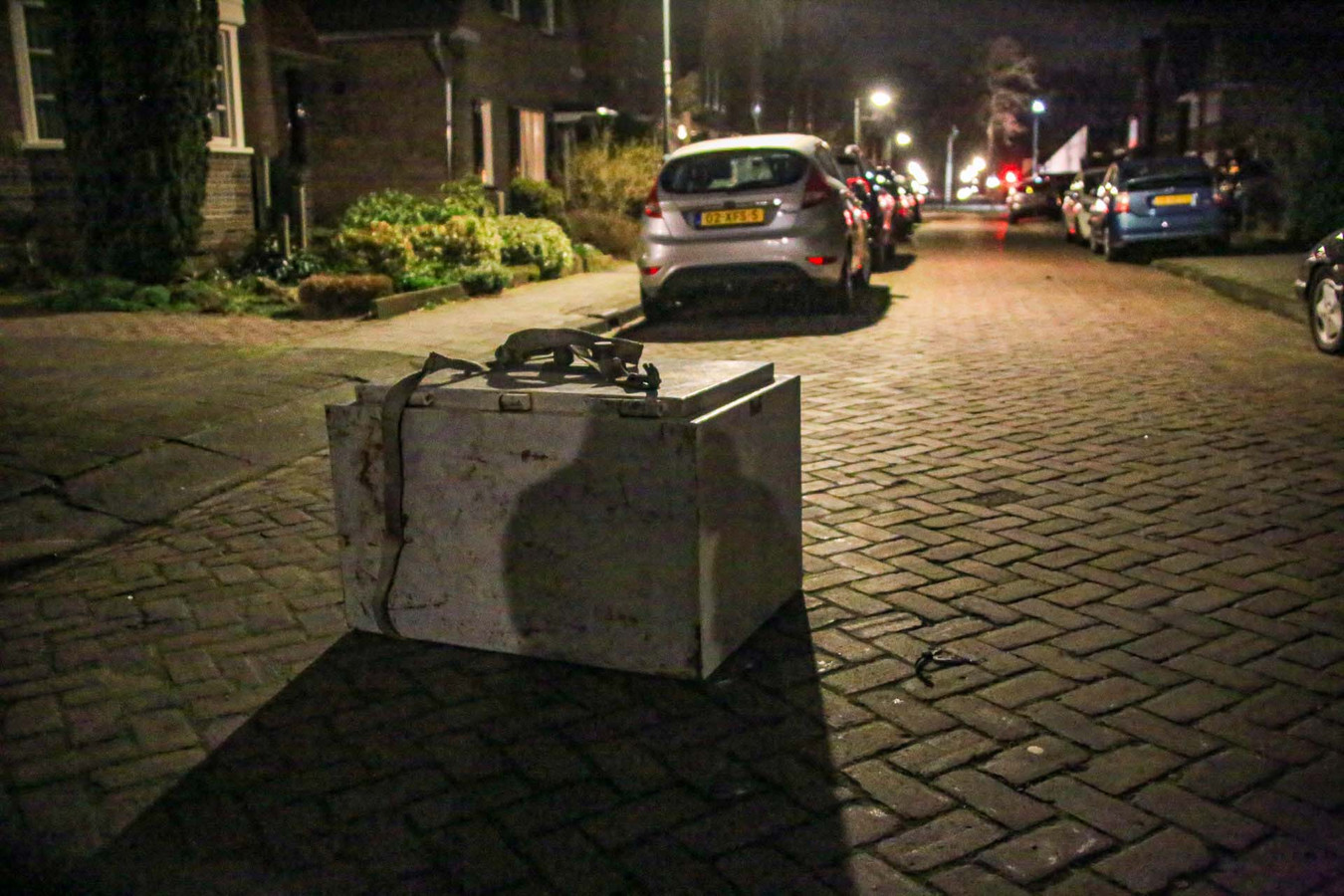 Hoe de kluis op straat terecht gekomen is, is een raadsel.