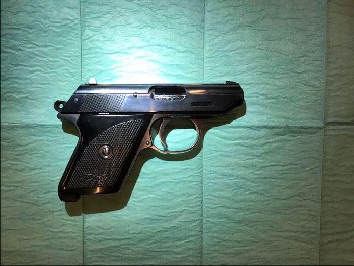 Een man uit Doetinchem is aangehouden voor verboden wapenbezit in Didam.