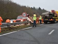 Weg bezaaid met pallets: A32 tussen Steenwijk en Meppel dicht