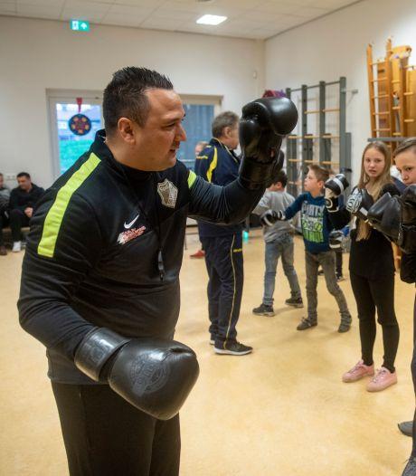 Jhonny van Beukering in business: in te huren door kelderklassers, voor boksles en wandelingen