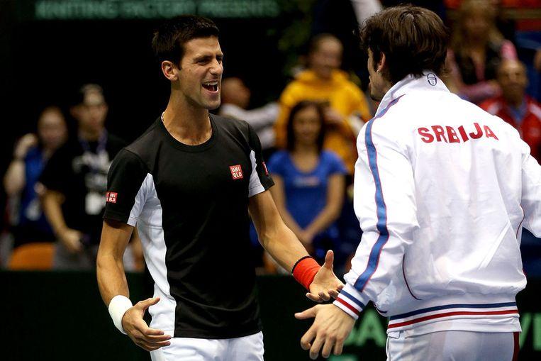 Djokovic (links) feliciteert Bozoljac na de zege in het dubbel.