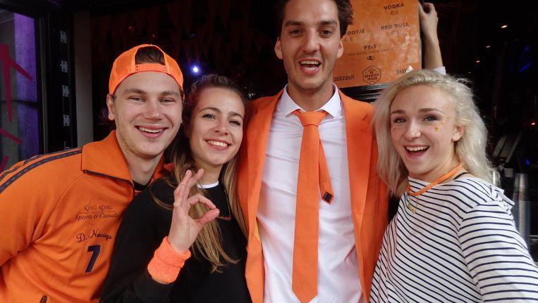 Bar Broker: Gino Sueters, Jade Jacobs, Jules Oostendorp en Luna Huijgen (vlrn). WK gemist, we kennen het Beeld Schuim
