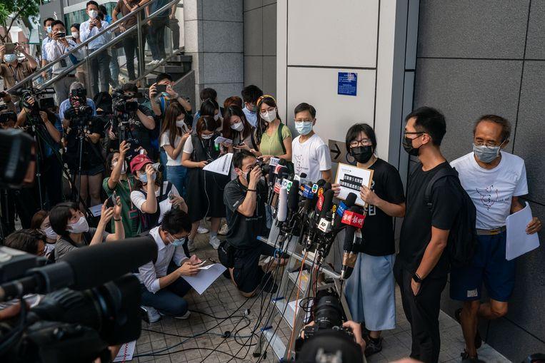 Vicevoorzitter Chow Hang-tung tijdens een persconferentie op dinsdag. Later werd ze gearresteerd.  Beeld Getty Images