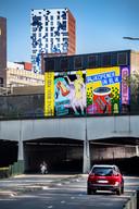 Twee ludieke advertenties op de 'Muur voor Talent' boven de Stationstunnel in Nijmegen.
