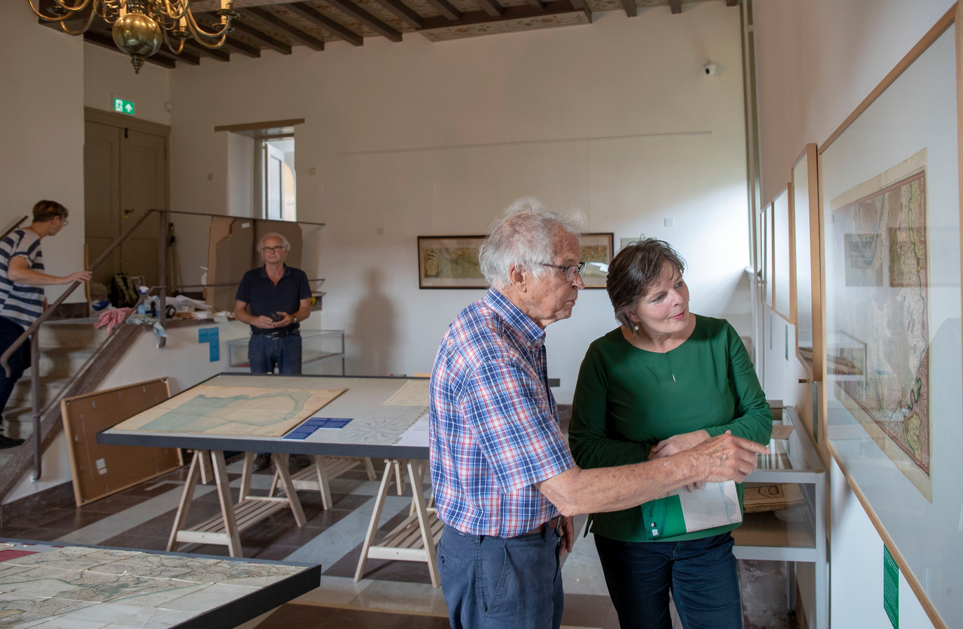 Henk Deys (links) deze week tijdens het inrichten van zijn tentoonstelling.
