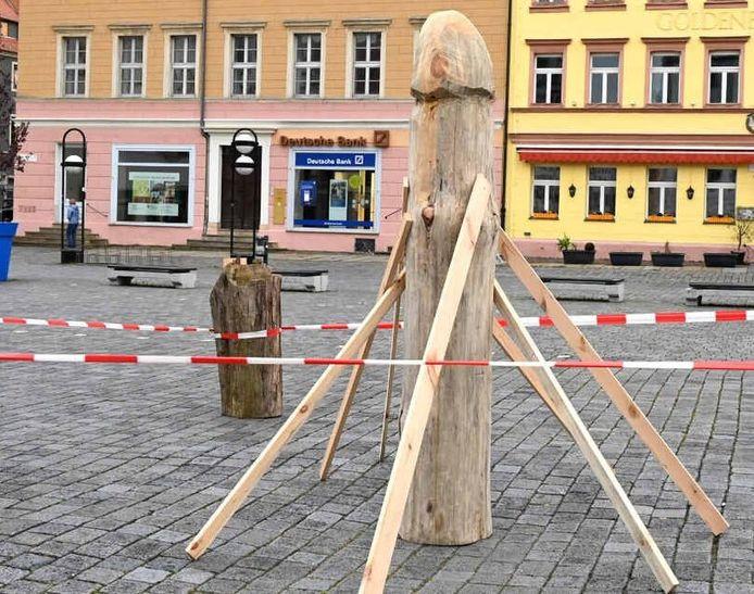 De houten klepper staat in het Duitse Torgau.