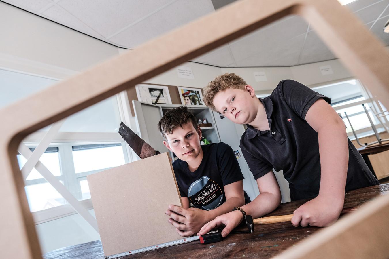 Stijn (links) en Thomas zijn druk in de weer tijdens handarbeid op basisschool Het Rondeel in Beek.