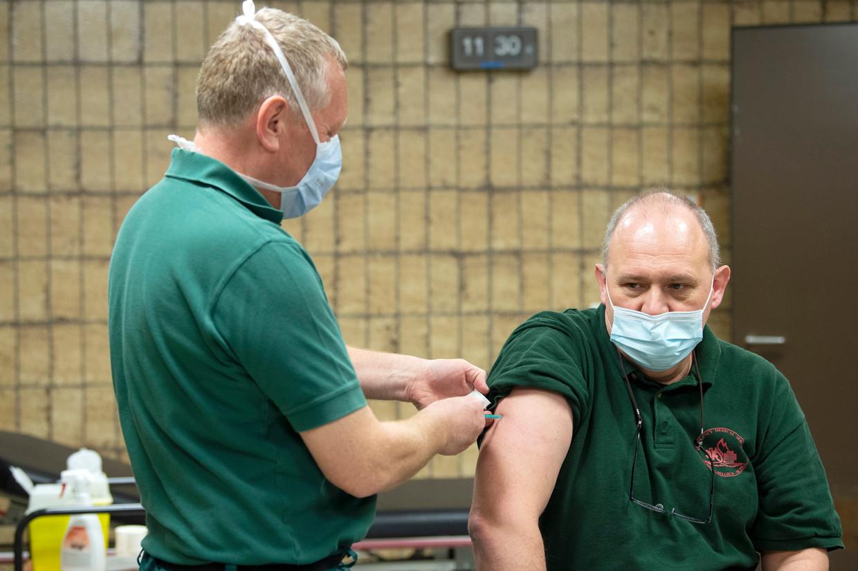 Medewerkers van het Militair Hospitaal Koningin Astrid worden ingeënt tegen het coronavirus. Beeld Photo News