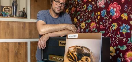 Zelfdoding broer leidt tot eerste album van Zwolse muzikant Dennes
