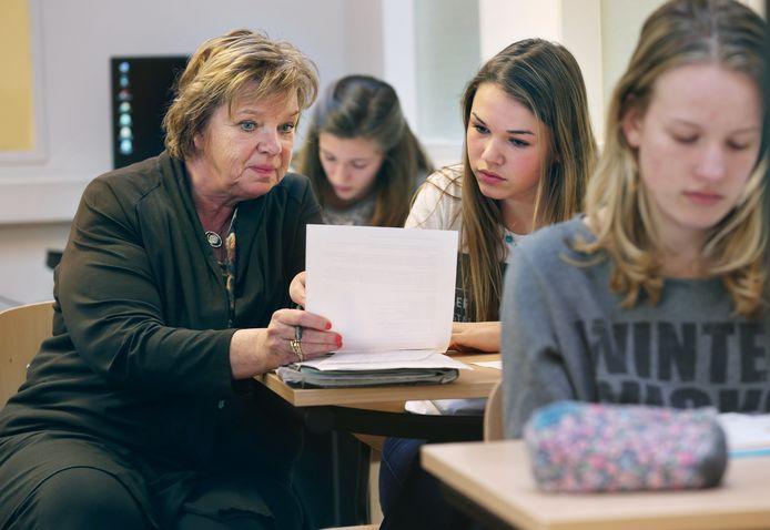 Overbetuwe houdt een proef met huiswerkbegeleiding voor kinderen en middelbare scholieren uit gezinnen die het niet breed hebben.