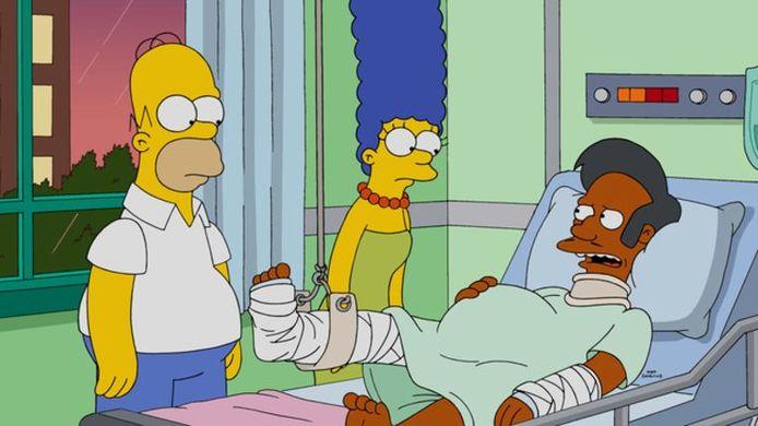 Apu Nahasapeemapetilon krijgt bezoek in het ziekenhuis van Homer en Marge.