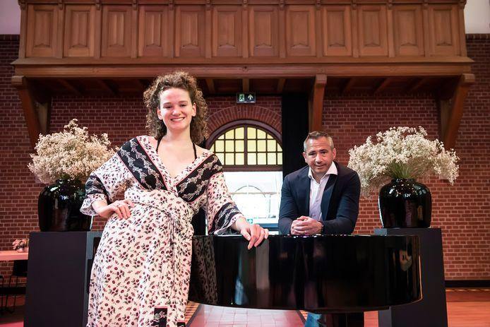 Jos Schoevers (r), directeur van Classic Young Masters, een instituut voor toptalenten klassieke muziek in de kapel van Ingenhousz Breda met zangtalent Fee Suzanne de Ruiter, die bij Classic Young Masters veel leerde.
