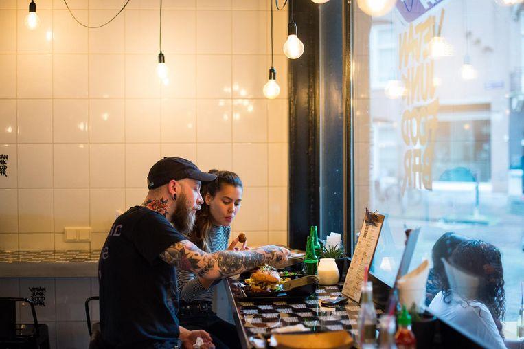 Lekker schransen kan bij je de Vegan Junk Food Bar Beeld Mats van Soolingen