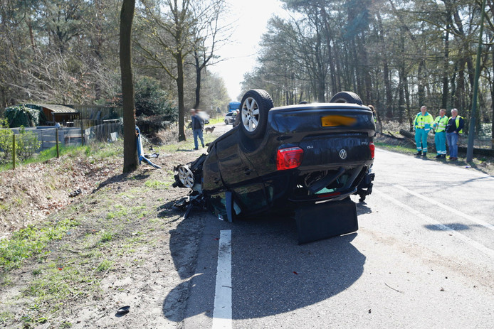Auto over de kop op de Enderakkers in Bergeijk.