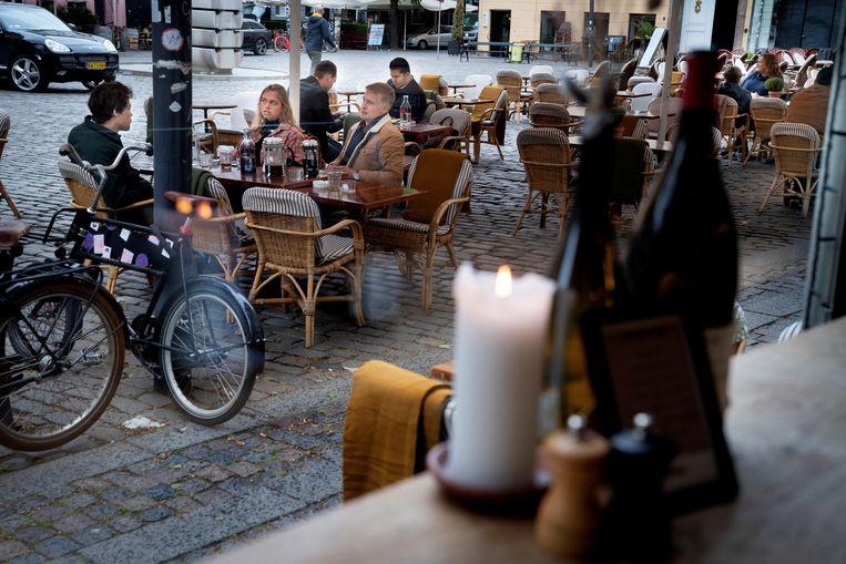 Denen genieten van een terrasje in Kopenhagen. Beeld REUTERS