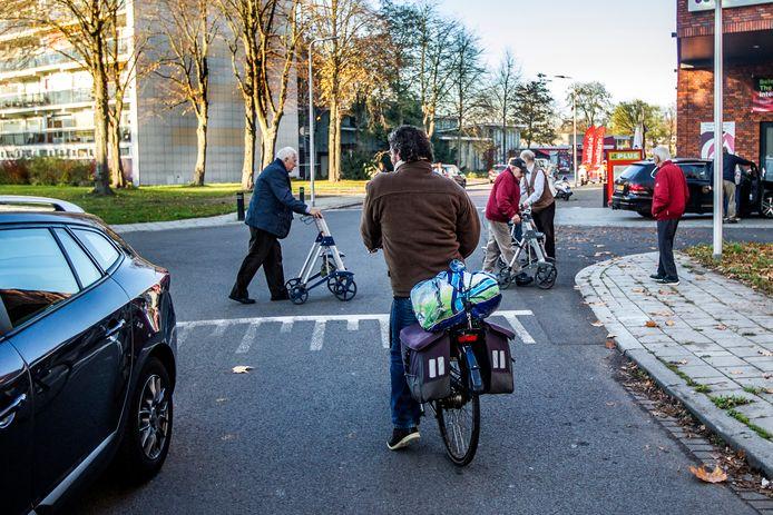 Een spannende situatie op de Dreef in Borgele. Omwonenden en winkeliers vinden daar de weginrichting gevaarlijk, de gemeente wil de zaak nog even aankijken.