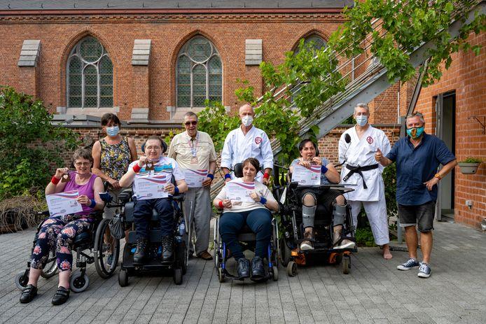 Schepen van sport Geert Mannaert (CD&V) kwam medailles overhandigen aan enkele sportieve bewoners van Avalon.