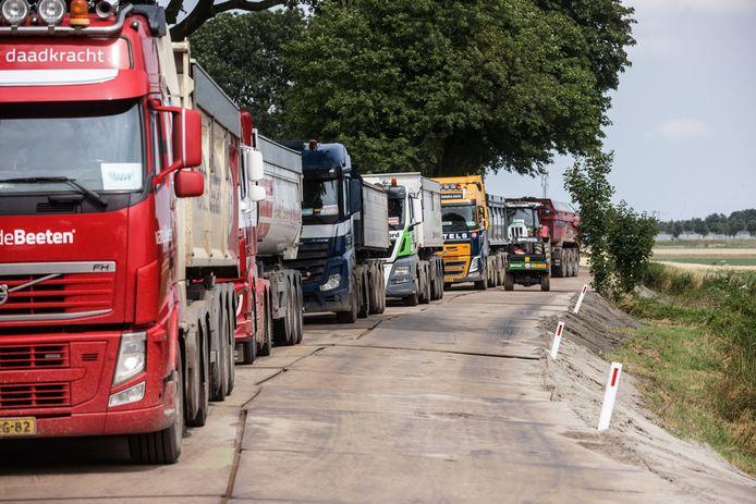 Het spoor tussen Zevenbergen en Lage Zwaluwe wordt compleet vernieuwd, en dat zorgt voor wat overlast. Onder andere door het af en aan rijden van vele vrachtwagens per uur.