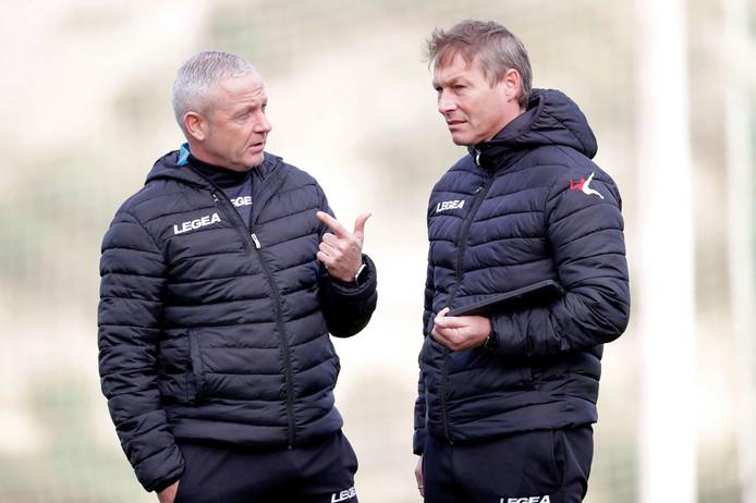 Michael Lindeman (rechts) in gesprek met de ontslagen trainer Jack de Gier van NEC.