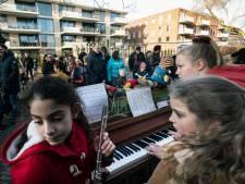 Geen voetbalherrie, maar vrolijke kerstklanken bij De Buut: leerlingen brengen plein in kerstsfeer