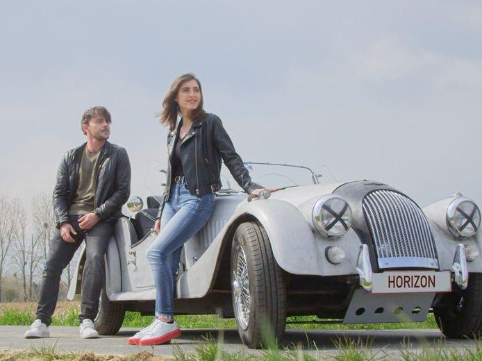Dean en Nina Butera rijden in de nieuwe videoclip rond in een oldtimer.