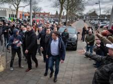 'Thierry, Thierry!' joelt aanhang als Baudet zich meldt bij politie in Emmeloord: 'Hij heeft handen geschud, dat is niet erg'