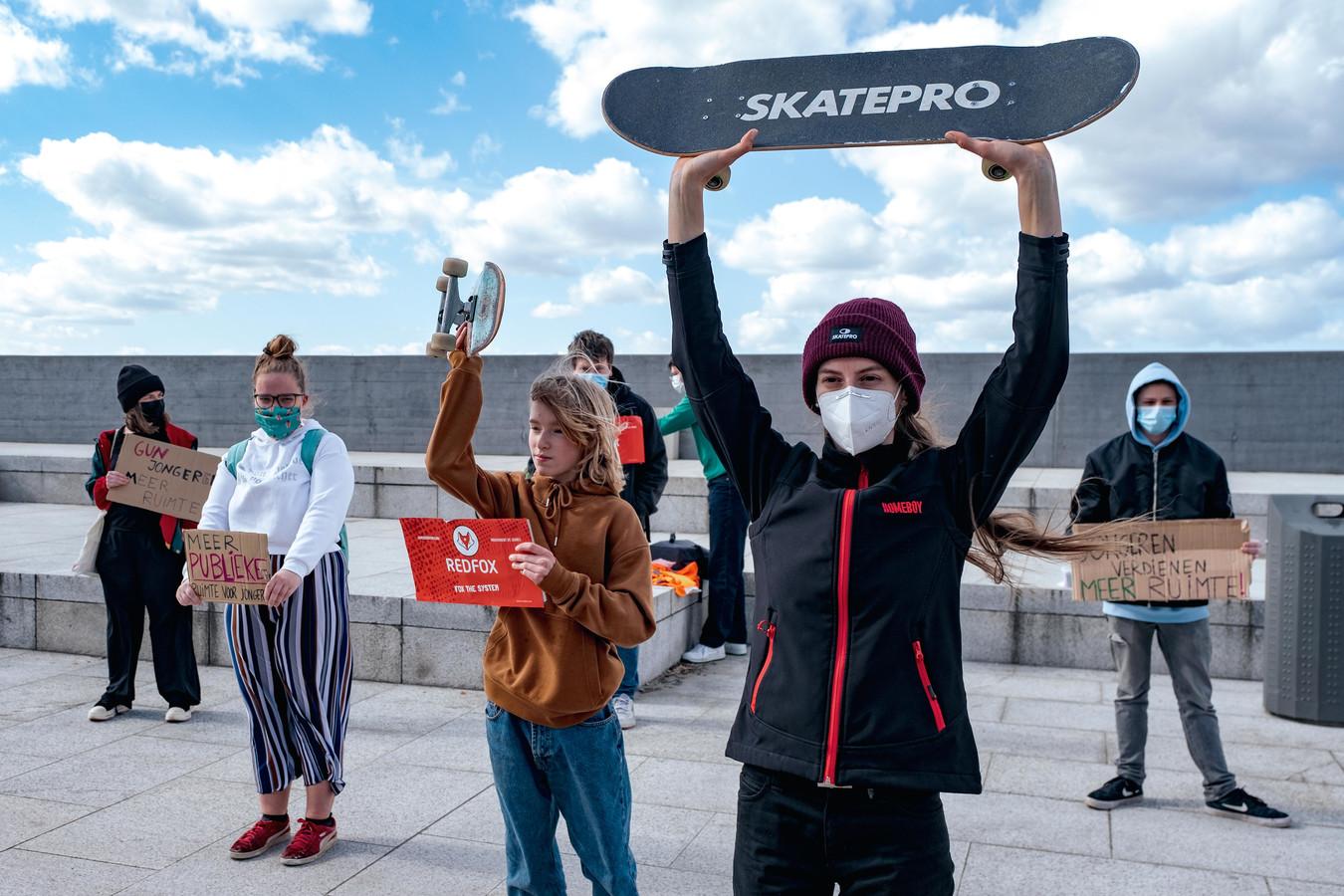 Skatecoach Timea Németh (vooraan) maakt samen met andere actievoerders duidelijk dat jongeren het recht hebben om zich uit te leven op een mooie plek als de Scheldekaaien. Maar de buurt is niet blij met het lawaai, de stad betreurt dan weer de schade aan de stenen.