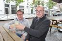 Cafébazen Dries Vanlerberghe en Fred Verhasselt slaan de handen in mekaar voor een gezamenlijk terras op het Maarten Steyaertplein.