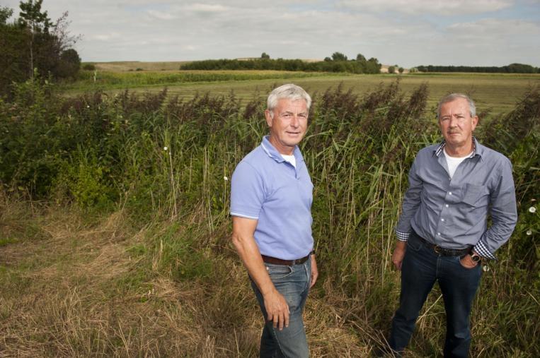 Toine van Es (r), de nieuwe voorzitter van dorpsraad Bavel, en secretaris Frans Saeijs op de flank van de Bavelse Berg. foto Edwin Wiekens/het fotoburo