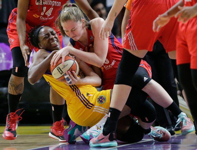 Meesseman (R) strijdt om de bal met Ogwumike (L) van de Los Angeles Sparks Beeld AP