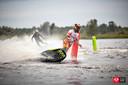 Een motosurfer in actie.