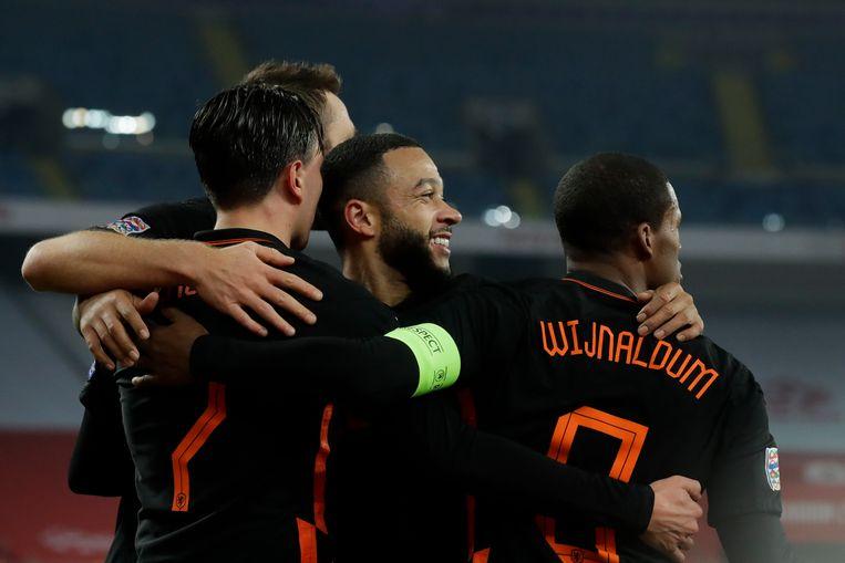Wijnaldum viert het tweede doelpunt tegen Polen met zijn ploeggenoten. Beeld AP