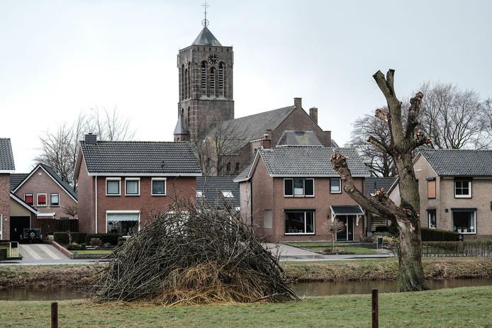 Het paasvuur van Azewijn in 2018 in een vroeg stadium.
