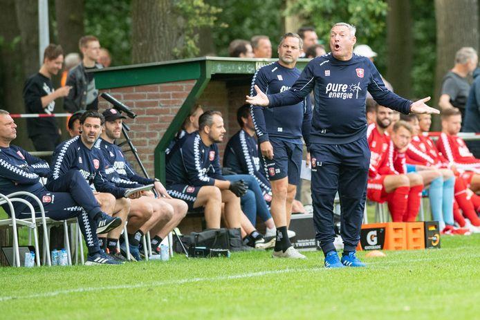 FC Twente-trainer Ron Jans heeft in de eerste 1.5 week in de voorbereiding al een paar tegenvallers moeten incasseren.