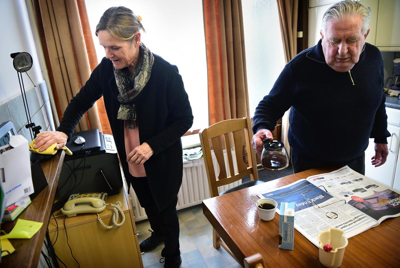Huishoudelijke hulp bij een alleenstaande, oudere man. Hierop werd hij flink gekort.  Beeld Marcel van den Bergh / de Volkskrant