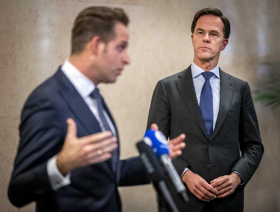 Minister Hugo de Jonge (Volksgezondheid) en premier Mark Rutte na afloop van het crisisberaad over het coronavirus donderdagavond.