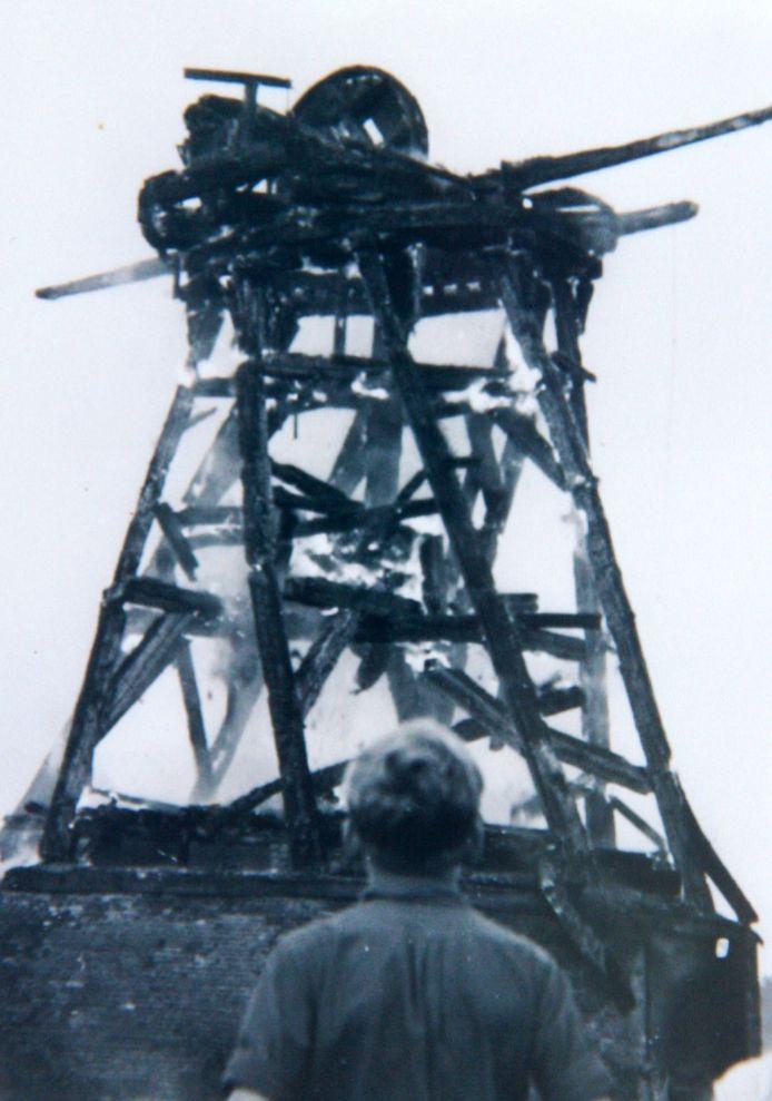 De brandende molen kort voordat hij instort. De verticale balken zijn al aan het verzakken.