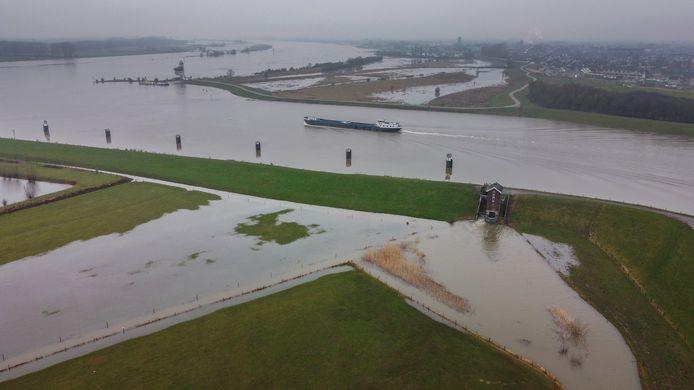 Waterschap Rivierenland heeft de sluis opengezet waardoor de Willemspolder onder water komt te staan.