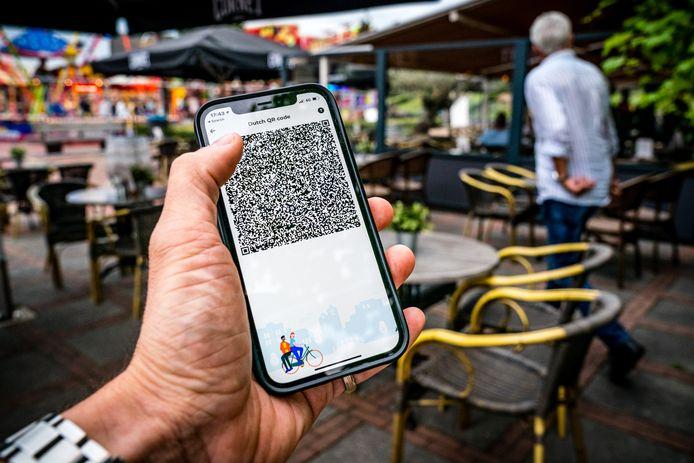 Een telefoon met QR-code in de Coronacheck-app als bewijs van vaccinatie.
