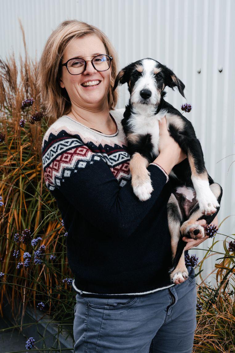 Valerie Vlerick: 'Ik heb Max niet uit eenzaamheid genomen, maar als alleenstaande is het wel plezant dat je dezer dagen zo wat tegen je hond kunt babbelen.' Beeld Damon De Backer