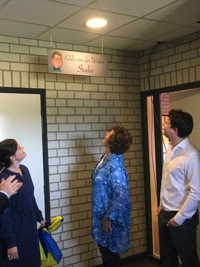 Monique , Bea en Alex van der Wielen bij de plaquette bij TV Berghem