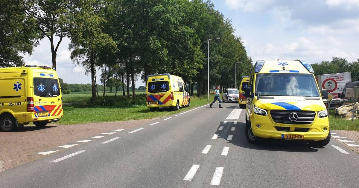 Fietser ernstig gewond bij aanrijding met auto in Losser: traumahelikopter geland.
