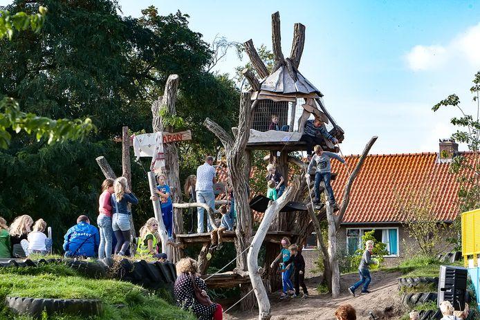 De speeltuin in Zandweerd-Noord is een plek waar de bezoekers wel wat schaduw zouden kunnen gebruiken.