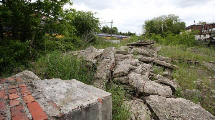 Vanuit de trein is de puinhoop langs het spoor bij de Van Aldegondebaan goed te zien. Ook bewoners van de Parallelweg kijken uit op brokstukken beton en sloophout van voorheen Jansen Wagonbouw. foto Marc Molenaars