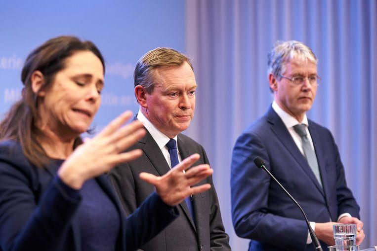 Tolk gebarentaal Irma Sluis bij de persconferentie van de Nederlandse minister van Medische Zorg Bruno Bruins (VDD). Beeld ANP