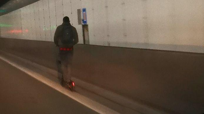 Man rijdt met step door kennedytunnel
