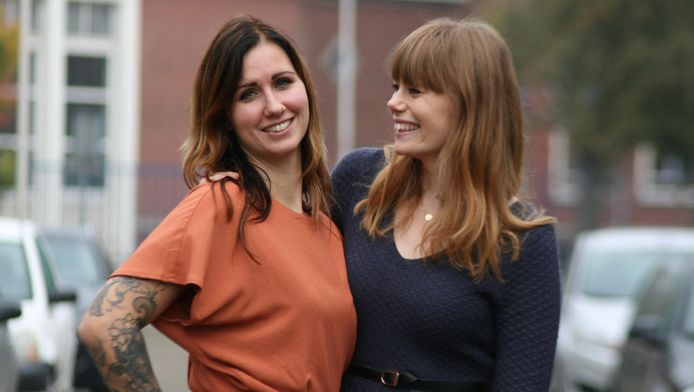 Debby Jacobs (links) in haar nieuwe jurk die ze van Margo den Ouden van 46 Dresses heeft ontvangen.