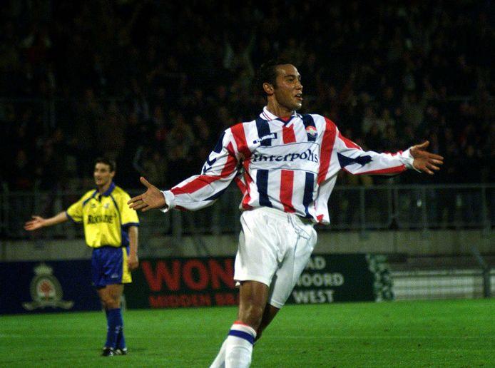 Denny Landzaat viert zijn 1-0 tegen RKC Waalwijk, in het seizoen 1999/2000.